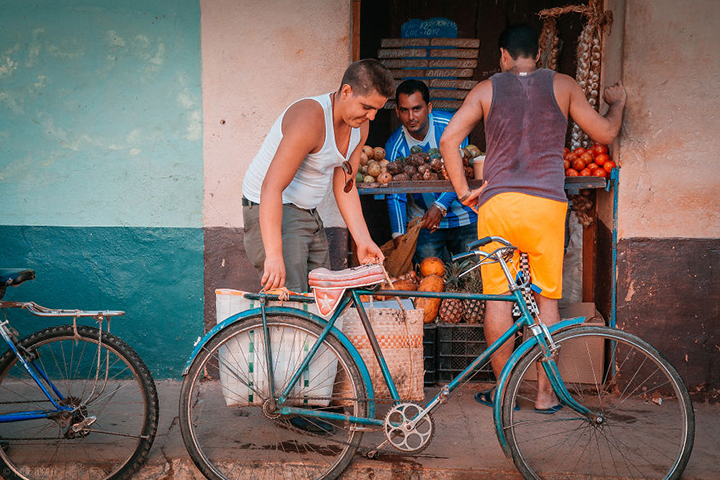 i-spent-20-days-in-cuba-documenting-the-life-of-local-people-25__880
