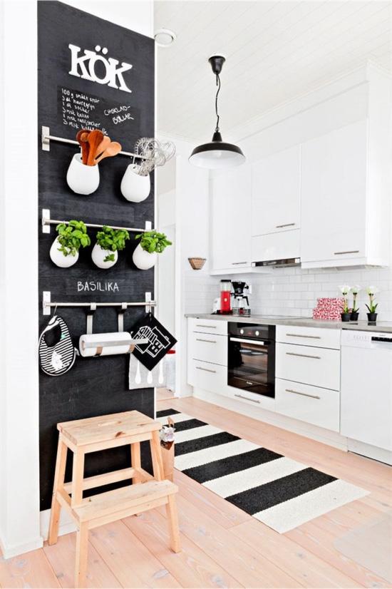 Стена с рейлингами на кухне в скандинавском стиле