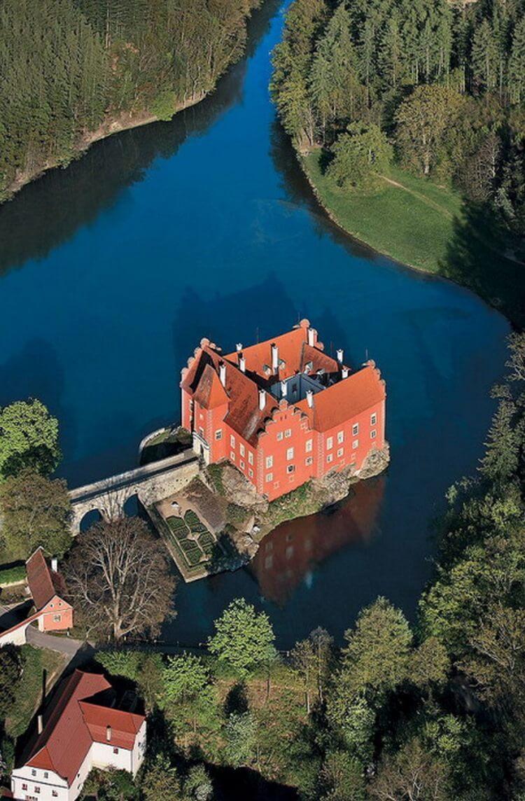 Замок на воде: 12 величественных сооружений, полностью окруженных рекой или озером