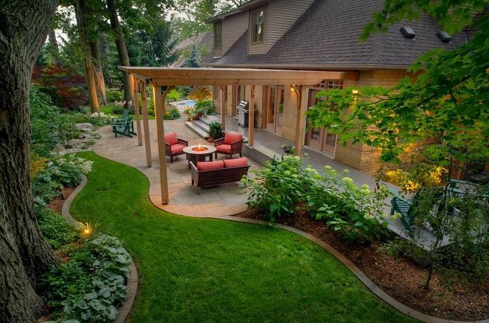 Сглаженные и плавные линии на территории садового участка визуально сделают участок больше.