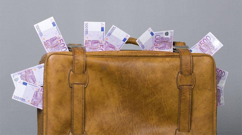 За15 месяцев из РФ нелегально вывели неменее 300 млрд руб. — ФТС