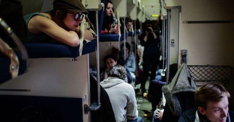 Пассажирам верхних полок не положено спускаться на нижние