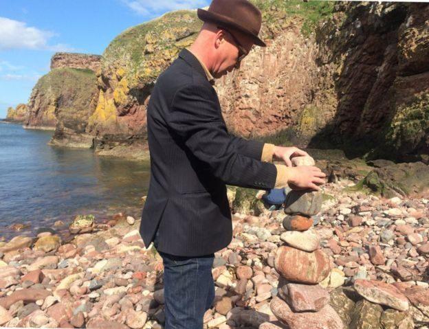За что британские экологи взъелись на пирамидки из камней