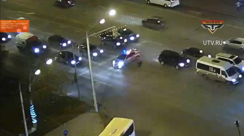 В Уфе полицейские перекрыли проспект Октября, чтобы дедушка перешел дорогу