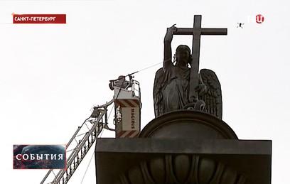В Петербурге впервые за 17 лет помыли фигуру ангела на Александровской колонне