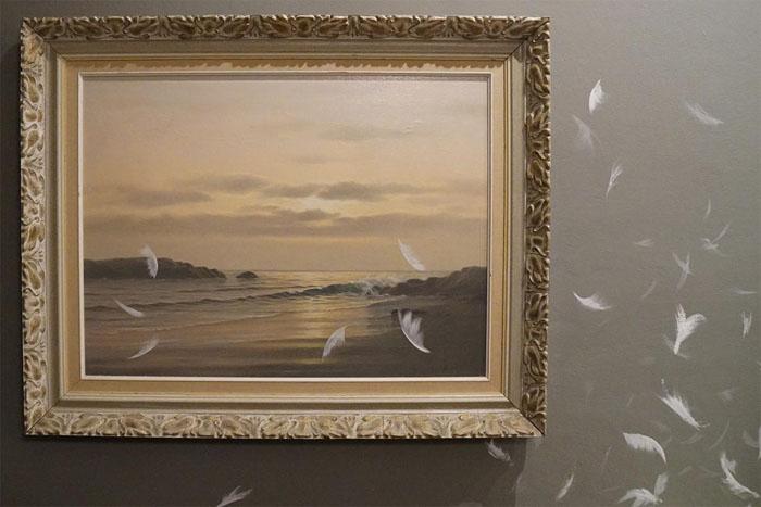 В каждом из дорогих номеров можно увидеть множество произведений современного искусства.