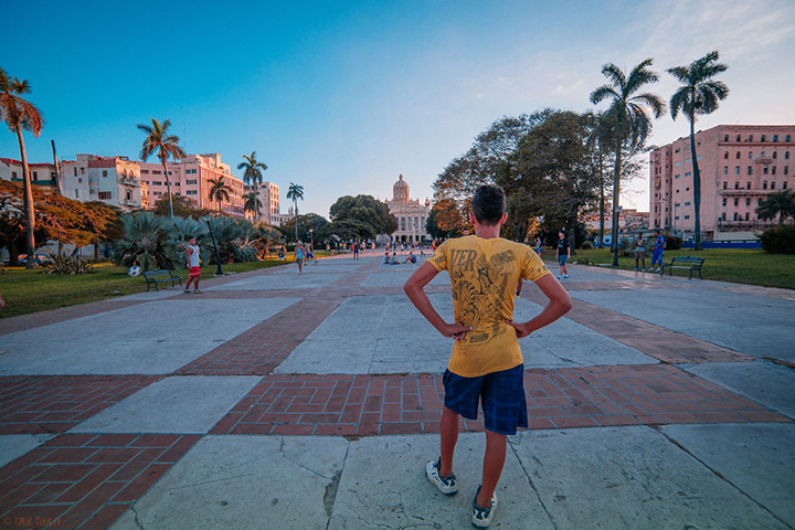 i-spent-20-days-in-cuba-documenting-the-life-of-local-people-16__880