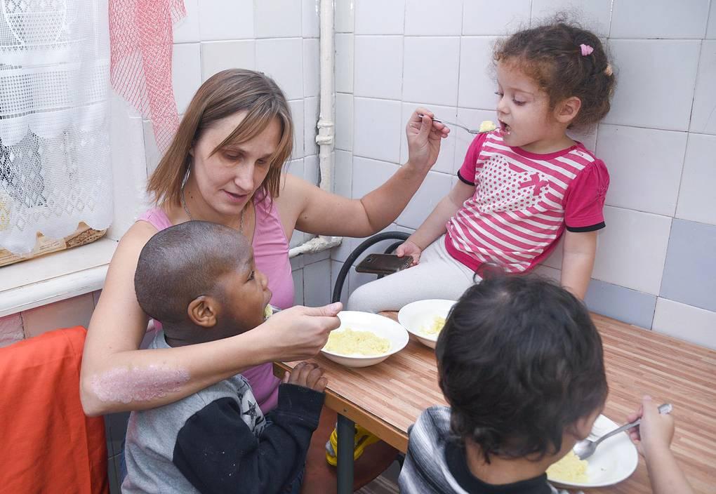 Татьяна с детьми, которых она забрала из женской колонии, пока их мамы отбывали наказание Личный архив Татьяны Фалиной