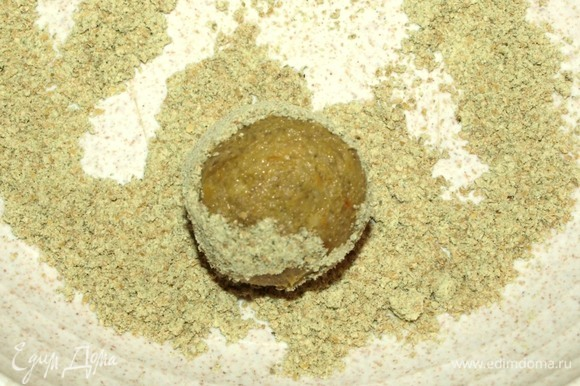 Формируем из полученной массы небольшие шарики и обваливаем в тыквенной муке. Обвалять можно в какао, семенах чиа, семенах мака или сахарной пудре.