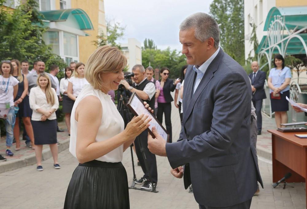 Сергей Аксенов поздравил с праздником Госкомрегистр