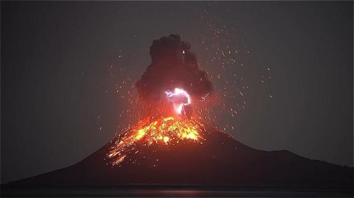 Вулкан Кракатау проснулся и стреляет молниями