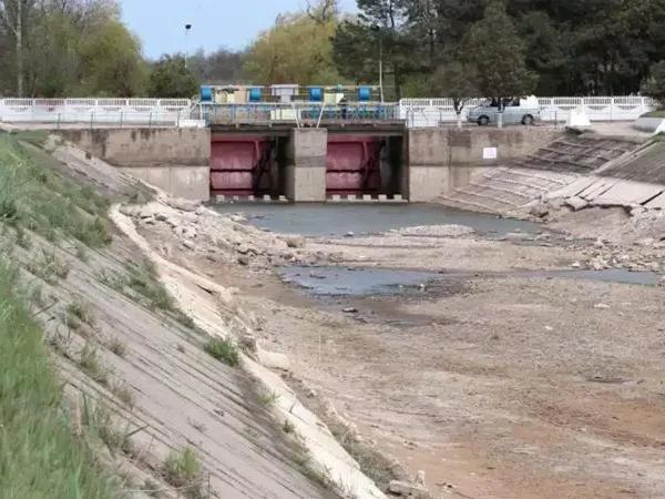 Жители Херсона собираются снести дамбу, перекрывающую подачу воды в Крым