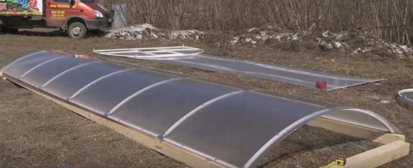 закрепить поликарбонат на каркасе крыши