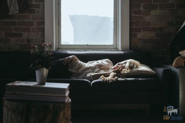 Той ночью дочь спала на диване. Зайдя утром в комнату, отец закричал от увиденного