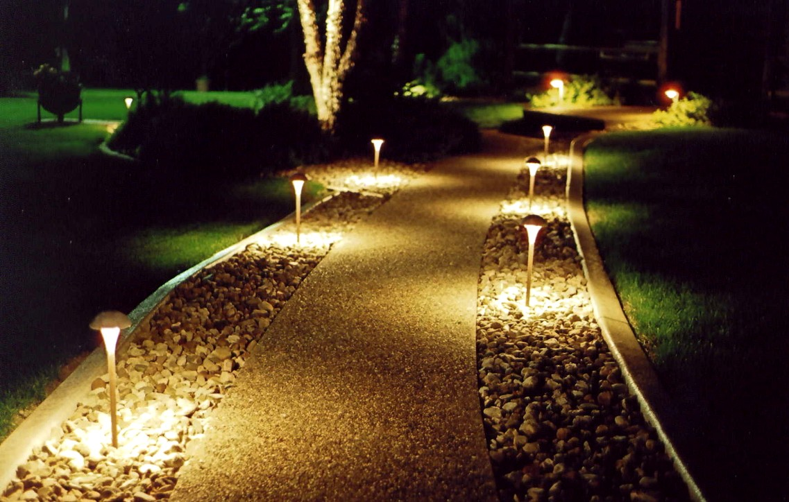 Красивые солнечные фонарики в саду