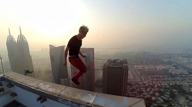 На волоске от смерти: российский руфер шокировал интернет своими трюками на небоскребе