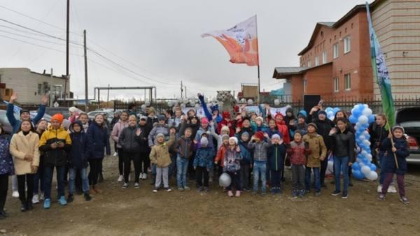 Статую погибшей из-за браконьеров семье снежных барсов открыли на Алтае