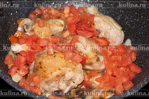 С помидоров снять кожицу. Для этого опустите их в кипяток, а затем в холодную воду. Очищенные от кожицы томаты мелко нарезать и выложить в сковороду.