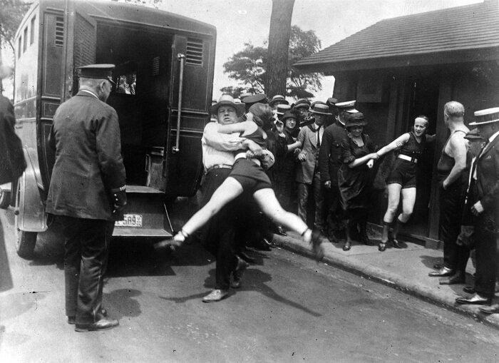Как в начале 20 века боролись с открытыми купальниками