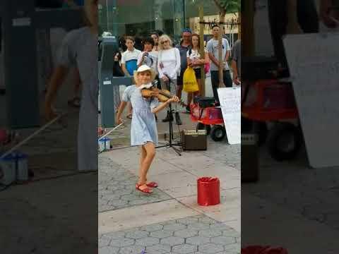 Маленькая скрипачка заиграла посреди улицы. Через минуту вокруг нее собралась удивленная толпа!