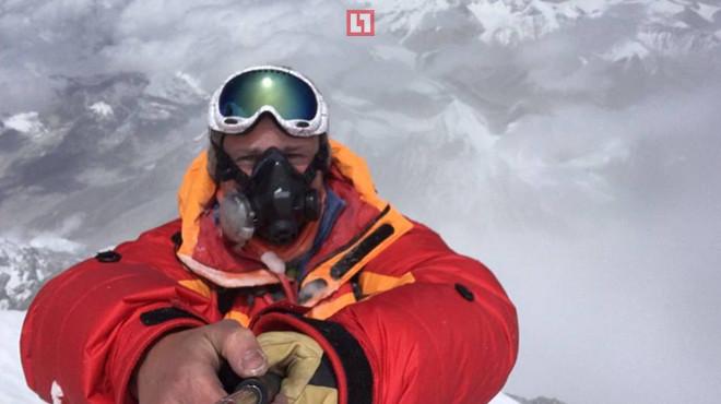 Депутат Госдумы водрузил флаг России на вершину Эвереста,теряя по пути товарищей