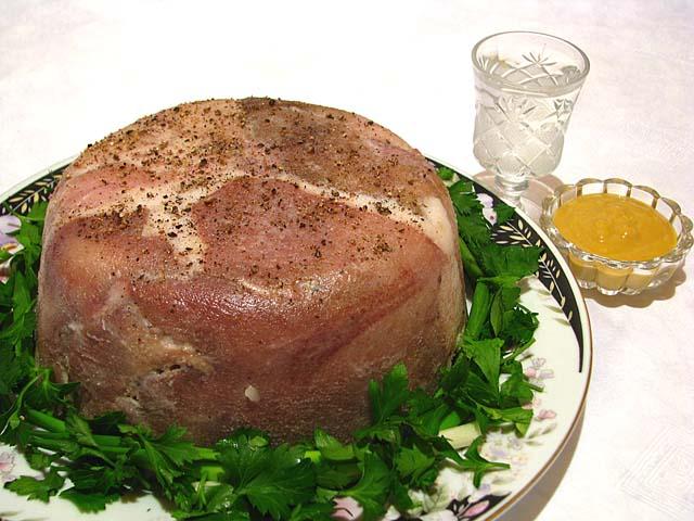 Прессованное мясо из свиной головы