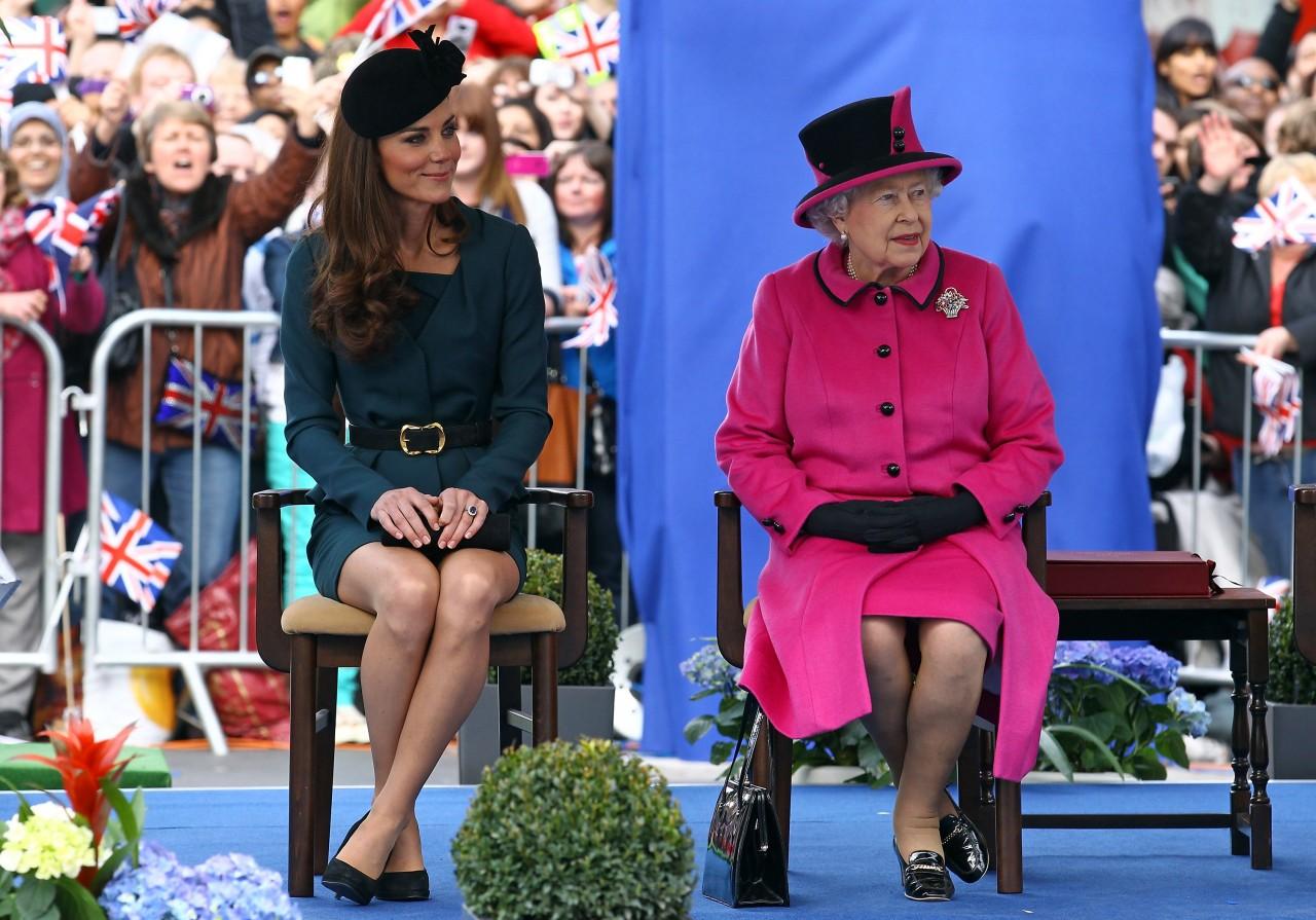 А где же Кейт? В сети обсуждают, почему Меган Маркл появилась в трейлере фильма о королеве, а супруга принца Уильяма — нет