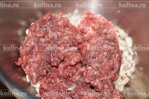 Добавьте мясной фарш.