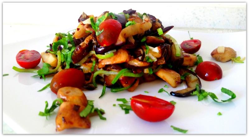 Жареные белые грибы с баклажаном