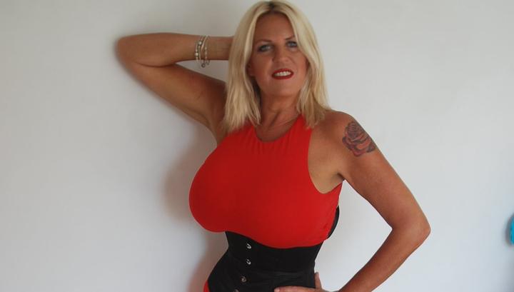 Женщина после развода накачала грудь до 32 размера