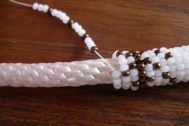 Подарок своими руками: возьмите верёвку и немного бисера, чтобы создать потрясающее украшение