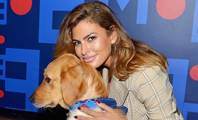 Ева Мендес вышла на подиум с собакой на показе своей коллекции одежды
