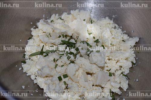 Розмарин мелко нарезать и соединить с сыром.