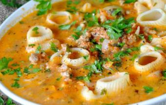 Томатный суп с фаршем и макаронами
