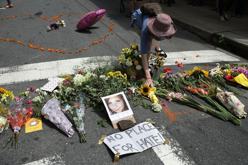 Цветы к месту трагедии Трамп, Шарлотсвилль, америка, конфедерация, левые, сша