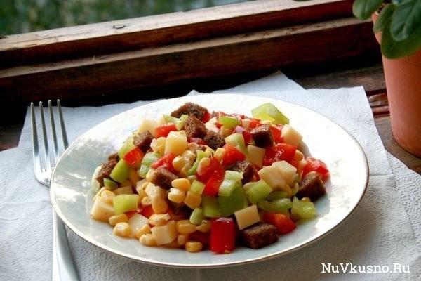 Пёстрый салат из перца, сыра и кукурузы