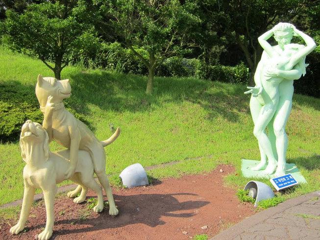 ostrov-eroticheskih-skulptur