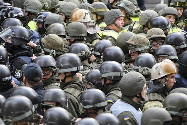 На митинге возле Рады в Киеве украли военное имущество