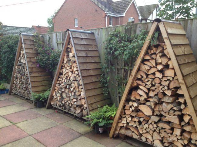 Достаточно необычный вариант для хранения дров на территории двора частного дома