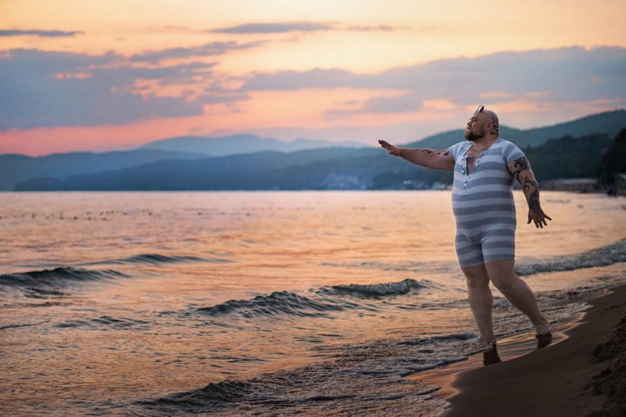 Полный мужчина «взорвал» интернет смешными снимками на пляже