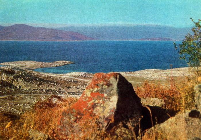Севан - живописное озеро в Армении; наибольшее из озёр Кавказа.