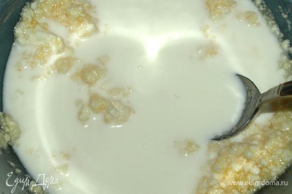 Добавить растительное масло, молоко. Перемешать.