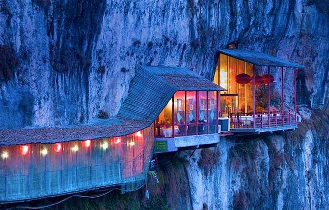 Удивительный висячий ресторан в Китае