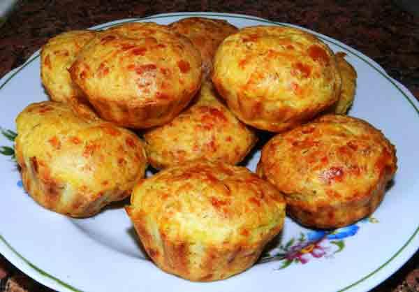 Кабачковые кексы с колбасой и сыром