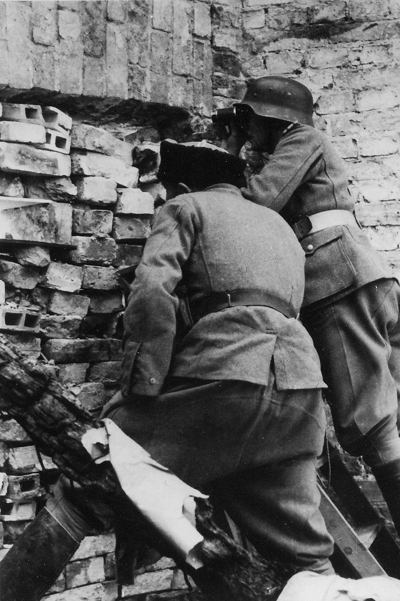 Немецкий солдат и казак-эсэсовец во время подавления восстания в Варшаве