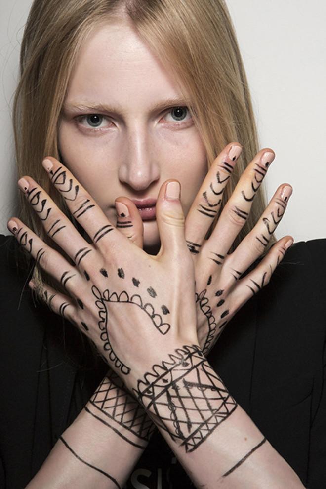 5 трендов в дизайне ногтей: идеи с показов весна-лето 2018 фото [15]
