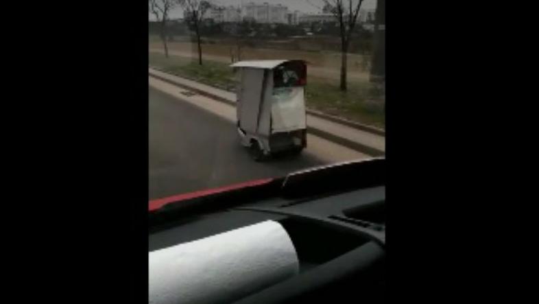По Минску разъезжает забавная коробчонка