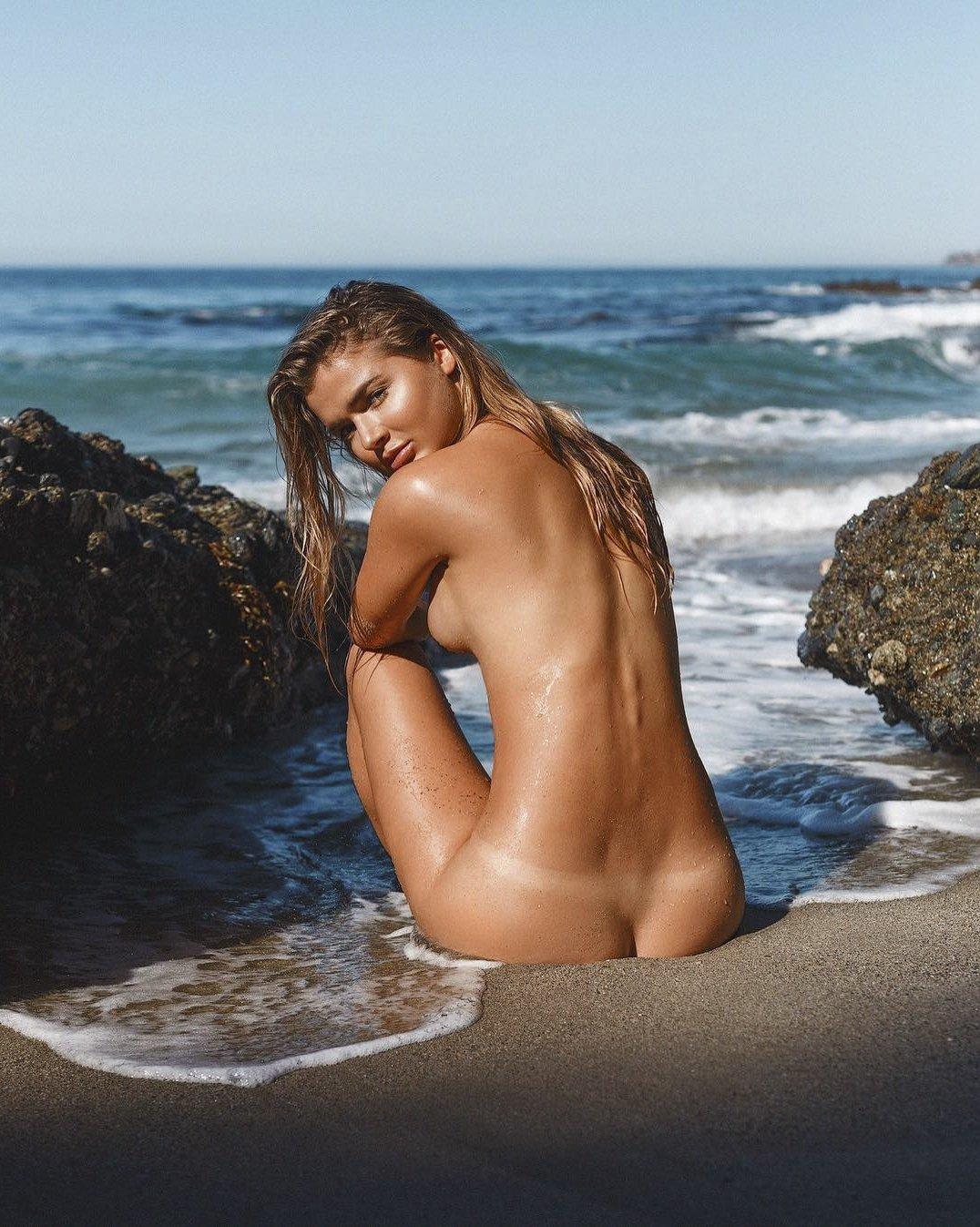 Красивые Обнаженные Женщины На Пляже