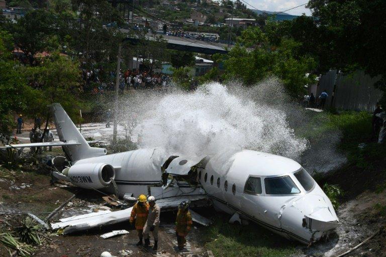 В аэропорту Гондураса самолет с пассажирами развалился на две части