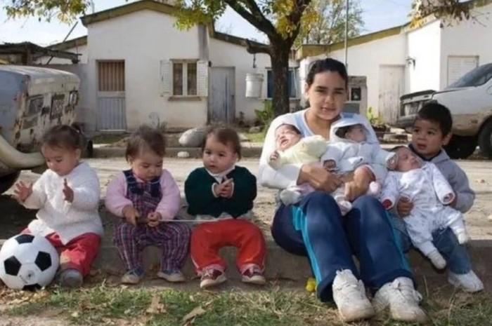 В свои 17 лет, Памела является матерью семерых детей.  Их отцы не поддерживают с ней связи…